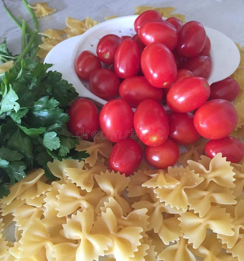 Deegwaren, macaroni, caprese salade, prep voedsel, peterselie, tomaten, macaroni royalty-vrije stock foto