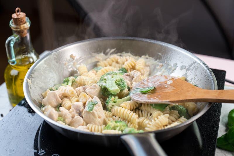Deegwaren met broccoli en kip stock fotografie