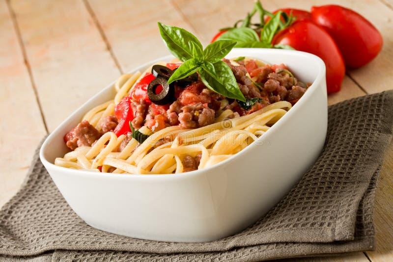 Deegwaren met de Italiaanse saus van het worstvlees stock fotografie