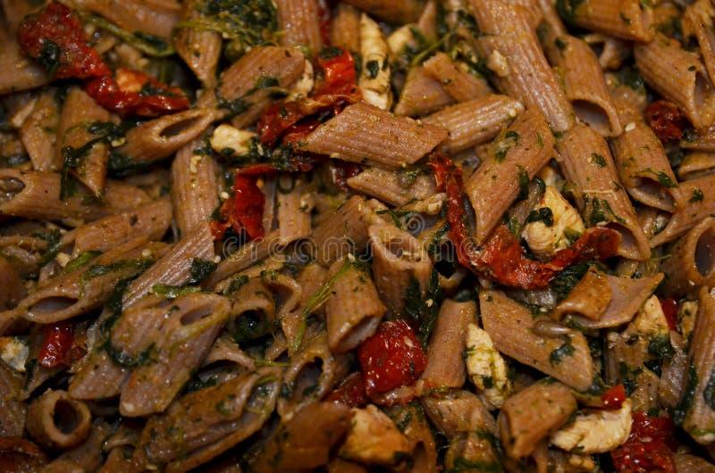 Deegwaren met in de zon gedroogde tomaten, spinazie en kip stock foto's