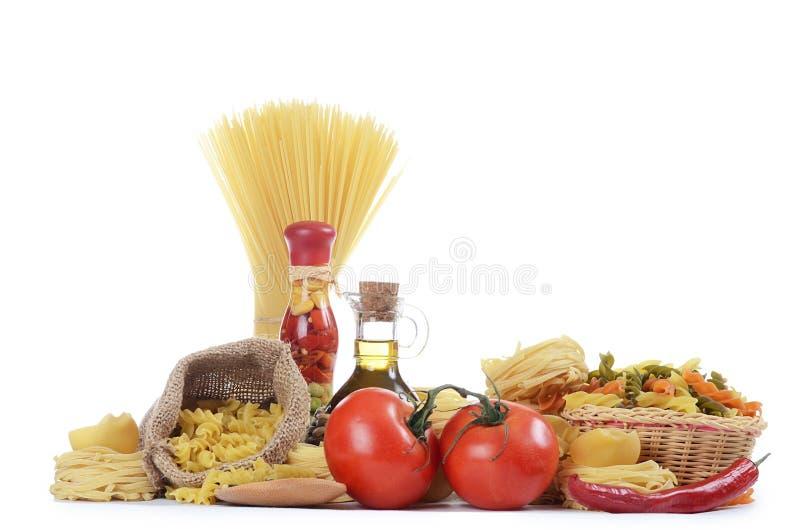 Deegwaren met een geïsoleerde olijfolie en tomaten royalty-vrije stock foto's