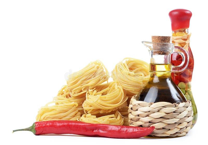 Deegwaren met een olijfolie royalty-vrije stock afbeeldingen