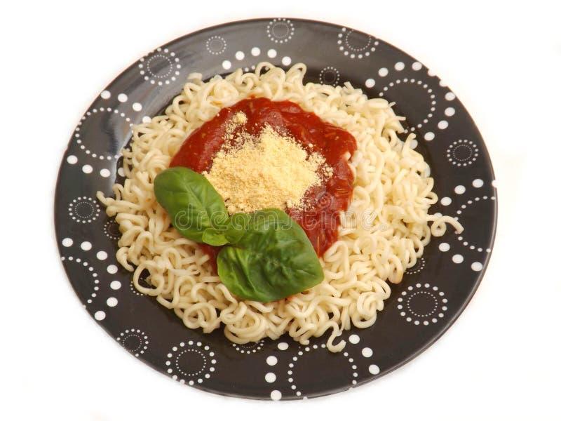 Download Deegwaren Met Een Saus Van Tomaten Stock Foto - Afbeelding bestaande uit basilicum, saus: 54084214