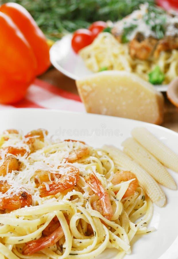 Download Deegwaren Met Garnalen En Saus Op De Houten Lijst Stock Afbeelding - Afbeelding bestaande uit restaurant, voedsel: 39105689