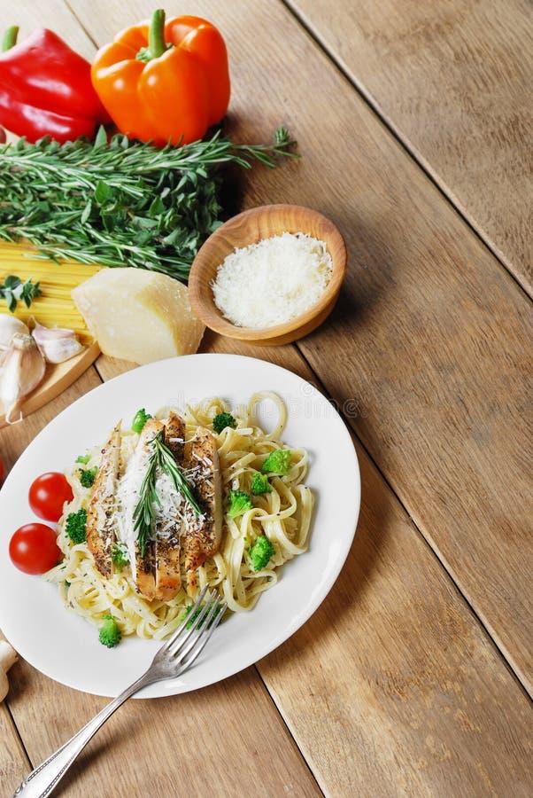 Download Deegwaren met gebraden kip stock foto. Afbeelding bestaande uit restaurant - 39105710