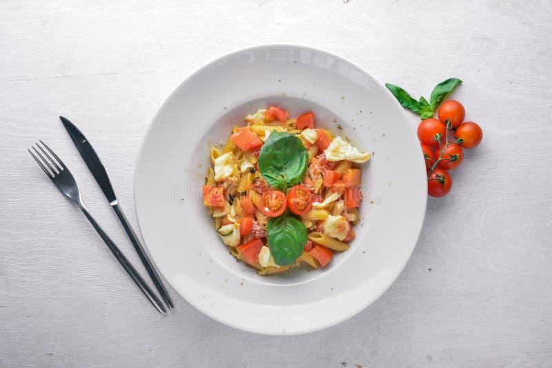 Deegwaren met groenten, basilicum en Parmezaanse kaaskaas Italiaans voedsel royalty-vrije stock fotografie