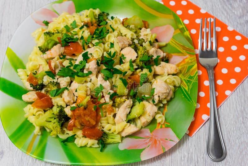Deegwaren met kip en broccoli stock fotografie