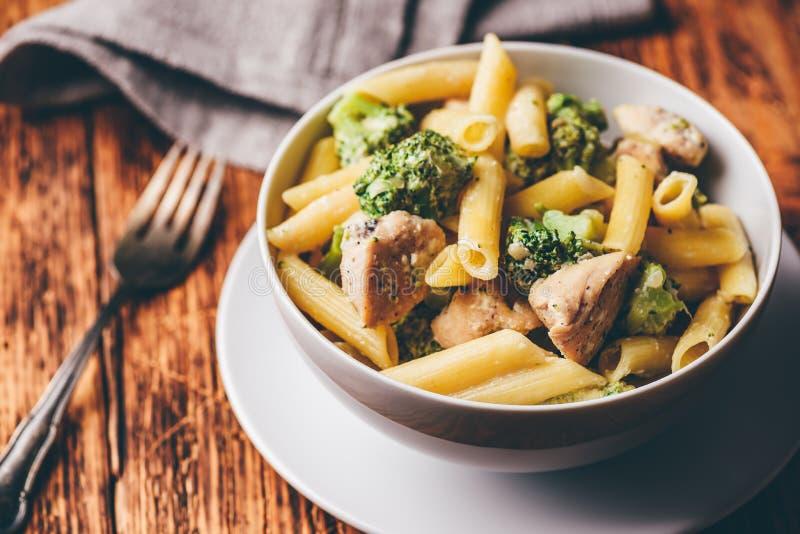 Deegwaren met kip en broccoli royalty-vrije stock afbeelding