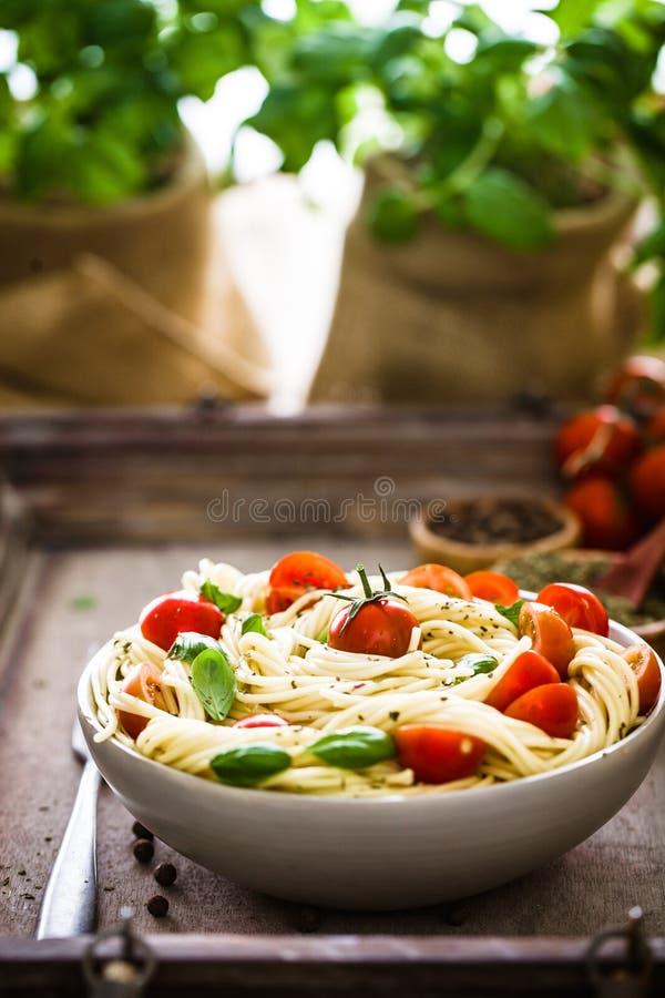 Deegwaren met olijfolie stock afbeeldingen