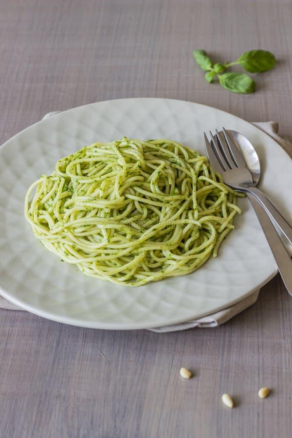 Deegwaren met pestosaus op een grijze achtergrond Italiaanse keuken Vegetarisch voedsel Het Dieet royalty-vrije stock foto