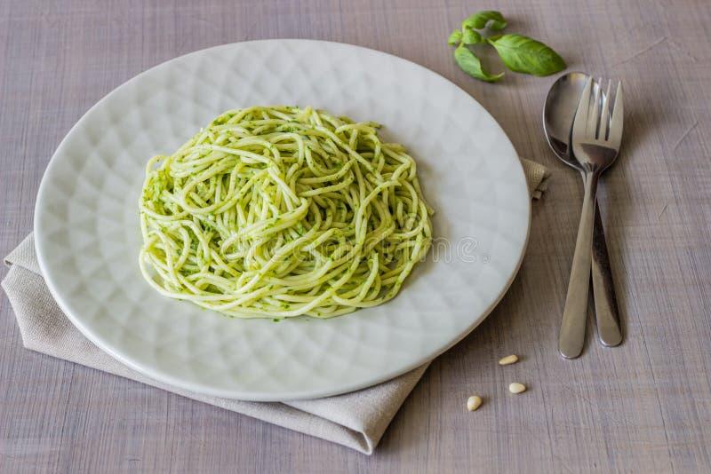 Deegwaren met pestosaus op een grijze achtergrond Italiaanse keuken Vegetarisch voedsel Het Dieet royalty-vrije stock foto's