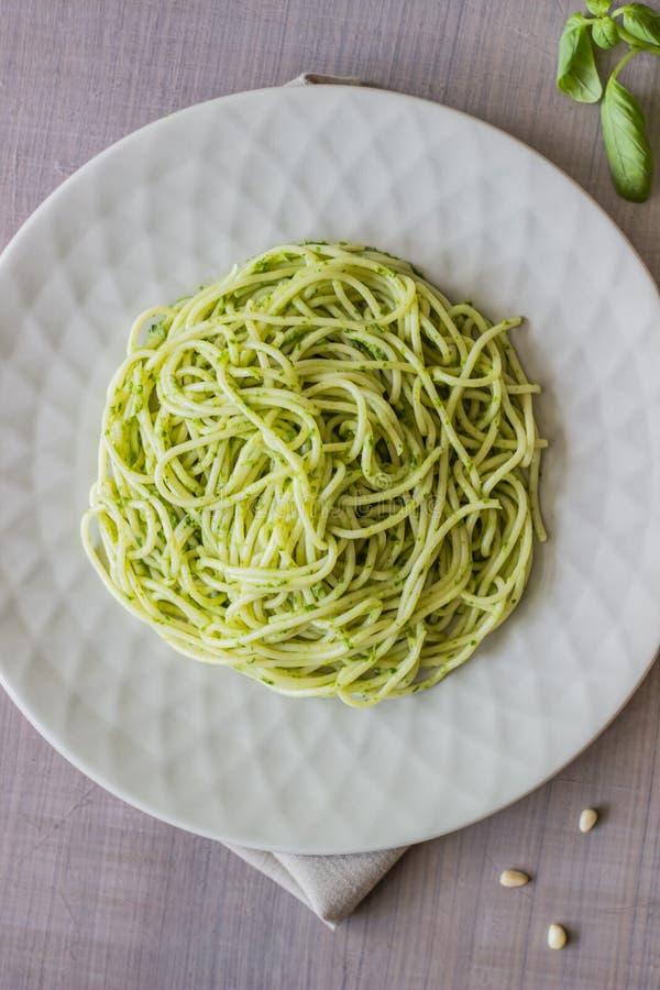 Deegwaren met pestosaus op een grijze achtergrond Italiaanse keuken Vegetarisch voedsel Het Dieet stock fotografie