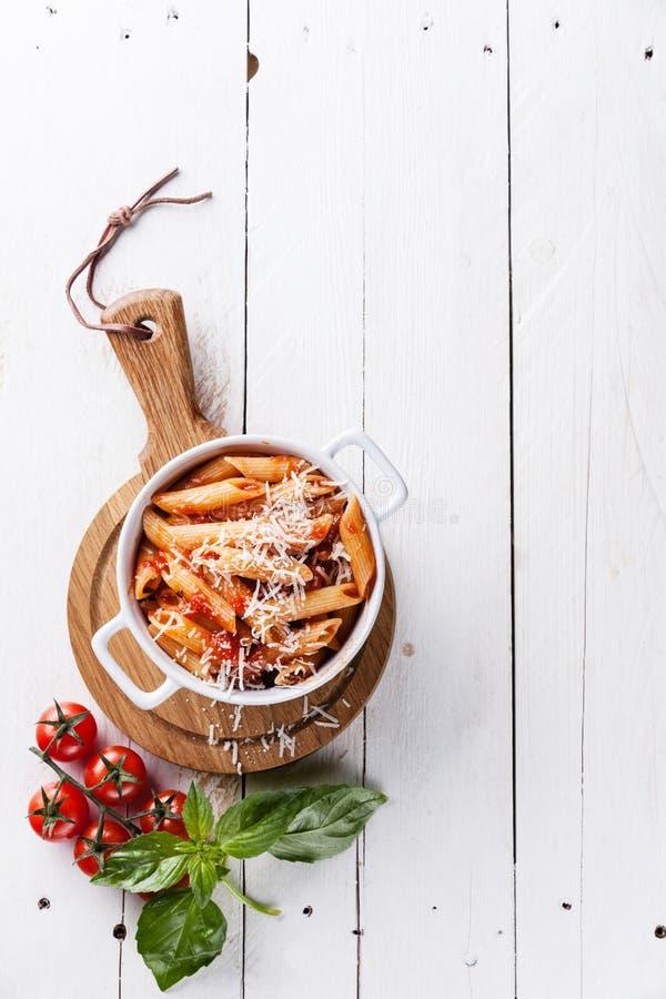 Deegwaren Penne met tomatensaus stock foto