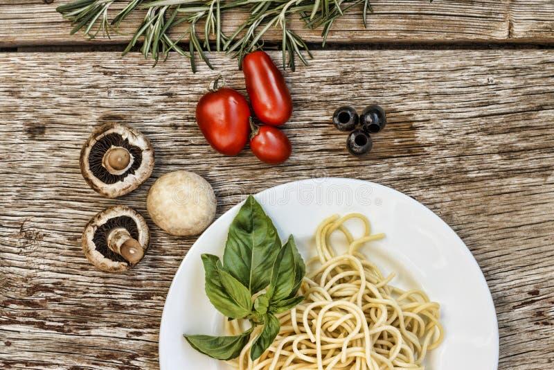 Deegwaren spaghetti groenten Kruiden Hoogste mening stock afbeelding