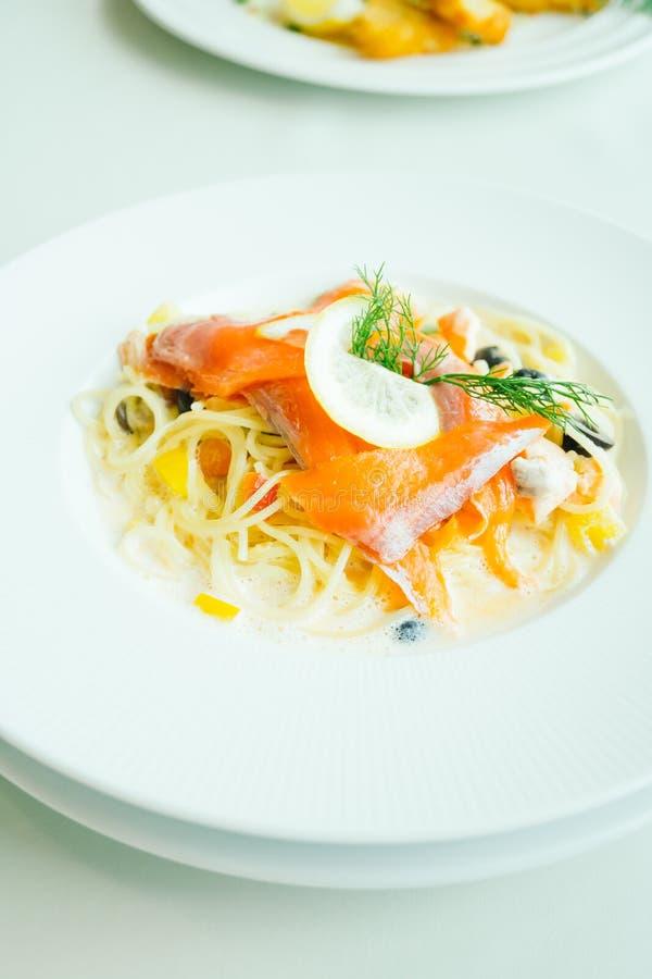Deegwaren of Spaghettiroomsaus met zalmvlees en citroen op bovenkant royalty-vrije stock foto