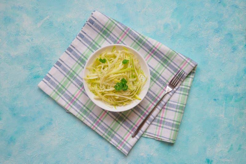 Deegwaren van de courgette de ruwe veganist met op plaat Vegetarisch gezond voedsel royalty-vrije stock foto