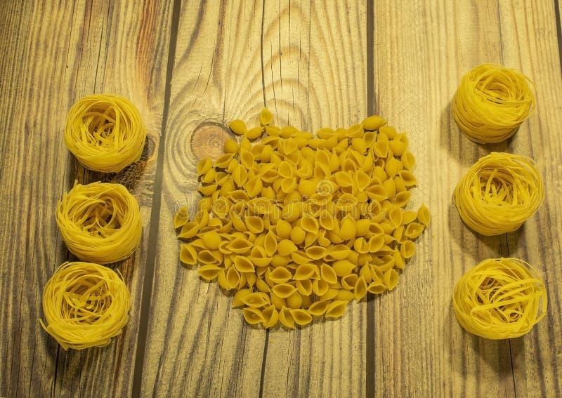 Deegwaren van durumtarwe op een houten lijst worden gemaakt die royalty-vrije stock foto