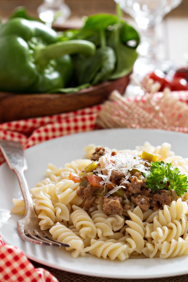 Deegwaren witn bolognese saus stock afbeeldingen