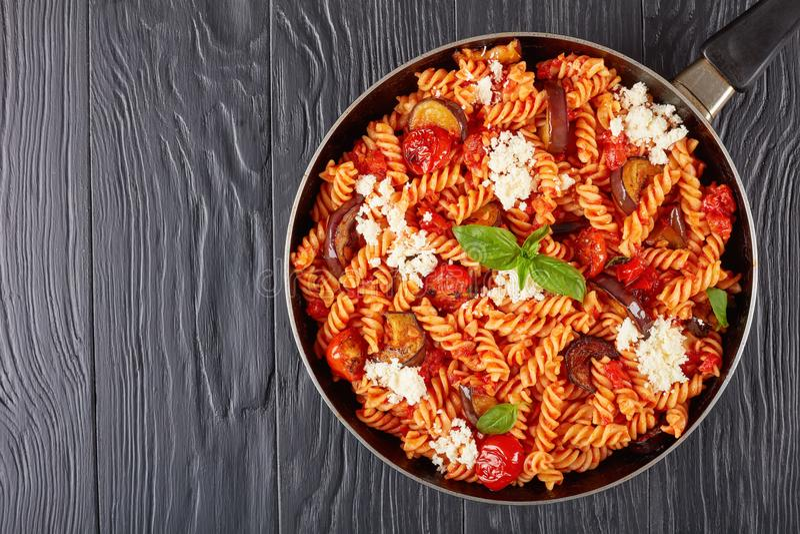 Deegwarenalla Norma met aubergine, tomaten, ricotta royalty-vrije stock foto's