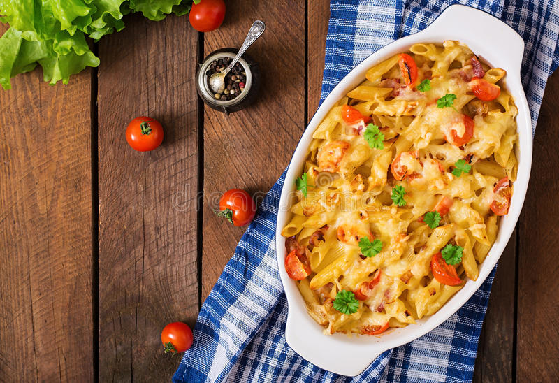 Deegwarenbraadpan, tomaat, bacon en kaas royalty-vrije stock afbeelding