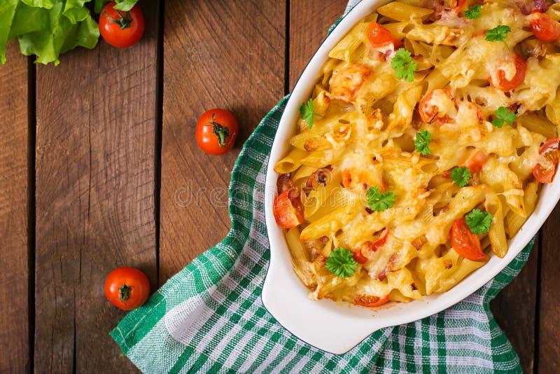 Deegwarenbraadpan, tomaat, bacon en kaas stock foto's