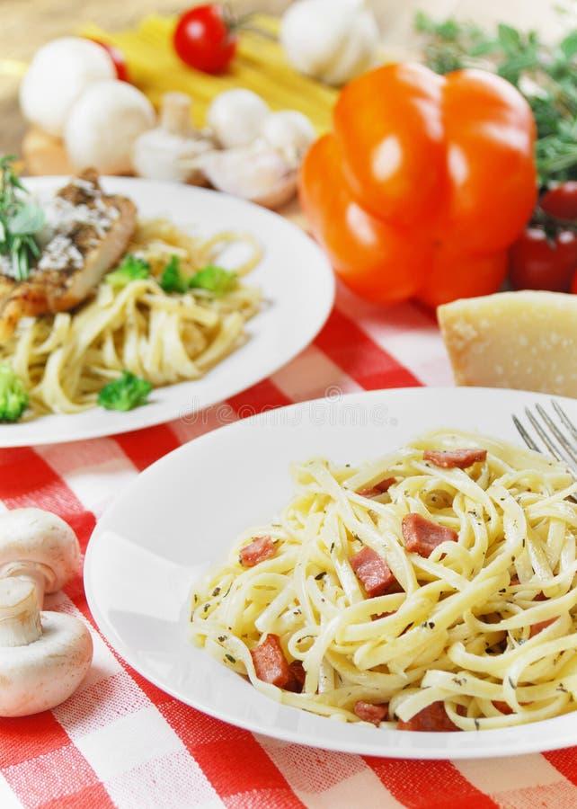 Download Deegwarencarbonara Op De Houten Lijst Stock Afbeelding - Afbeelding bestaande uit plaat, italiaans: 39105665