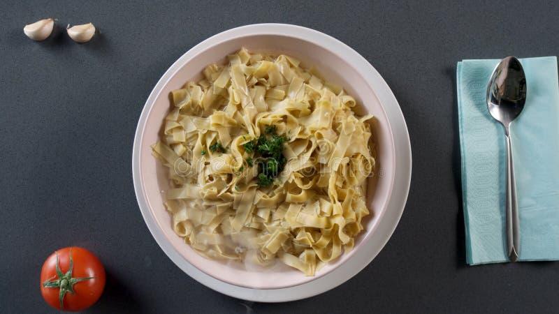 Deegwarenfettuccine Alfredo met kip, parmezaanse kaas en peterselie scène Deegwarenfettuccine met paddestoelen en gebraden kip stock afbeeldingen