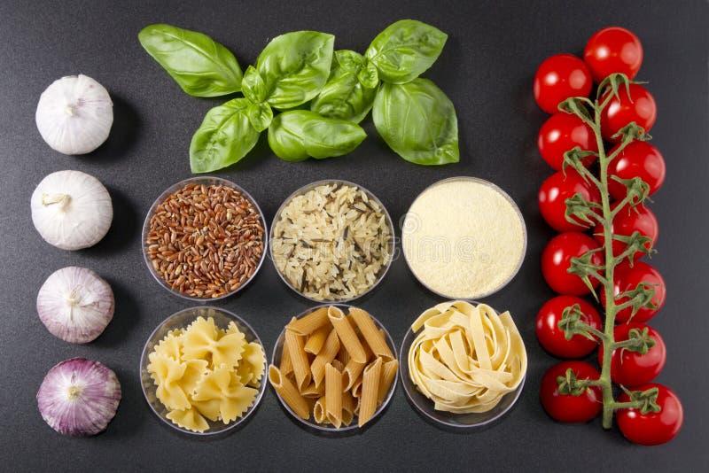 Deegwarenrijst en tomaten stock afbeeldingen