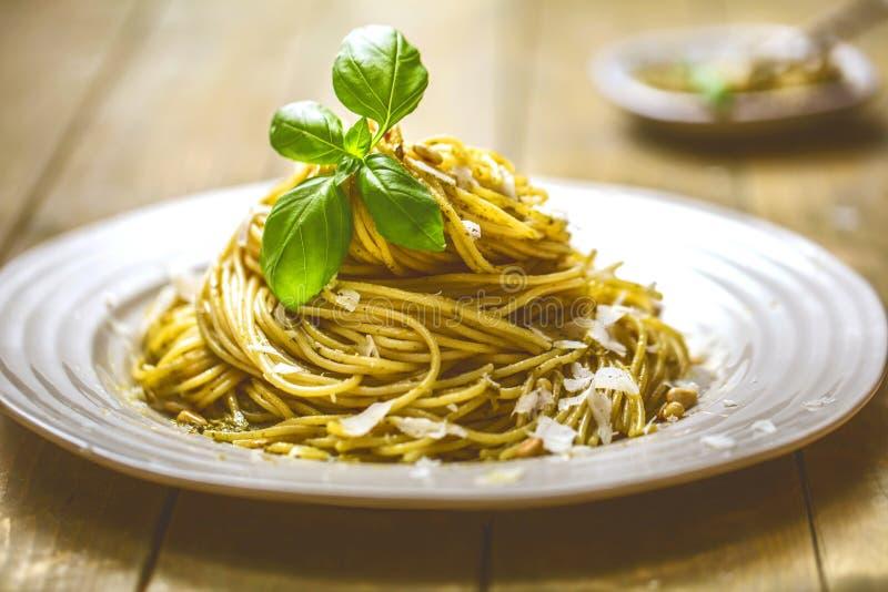 Deegwarenspaghetti met basilicumroom en kaas Hoogste mening over grijze steenlijst Vegetarische plantaardige deegwaren royalty-vrije stock foto's