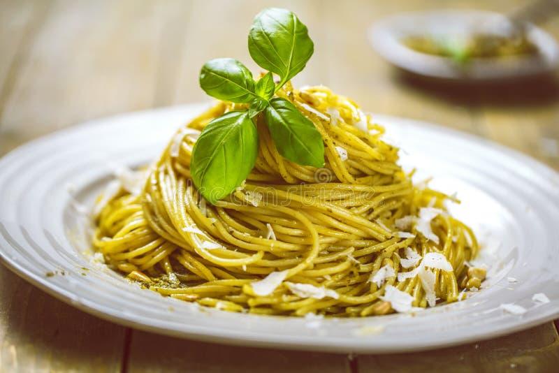 Deegwarenspaghetti met basilicumroom en kaas Hoogste mening over grijze steenlijst Vegetarische plantaardige deegwaren stock foto's