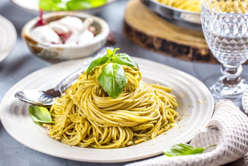 Deegwarenspaghetti met basilicumroom en kaas Hoogste mening over grijze steenlijst Vegetarische plantaardige deegwaren stock afbeelding