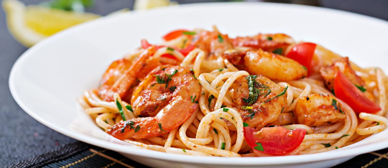 Deegwarenspaghetti met garnalen, tomaat en peterselie royalty-vrije stock fotografie