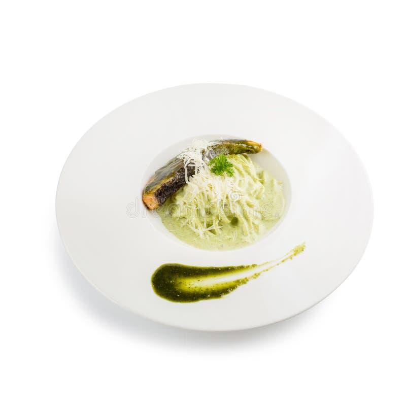 Deegwarenspaghetti met groene pesto en zalm - Italiaanse voedselstijl royalty-vrije stock afbeeldingen