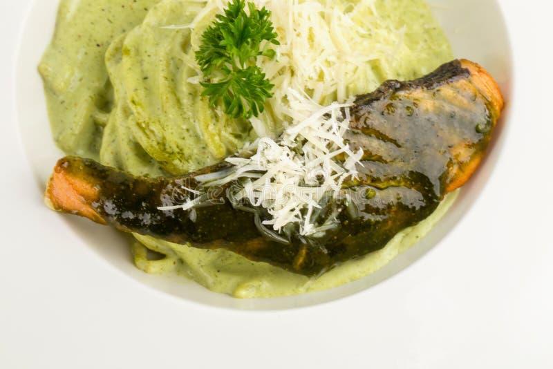 Deegwarenspaghetti met groene pesto en zalm - Italiaanse voedselstijl stock foto's