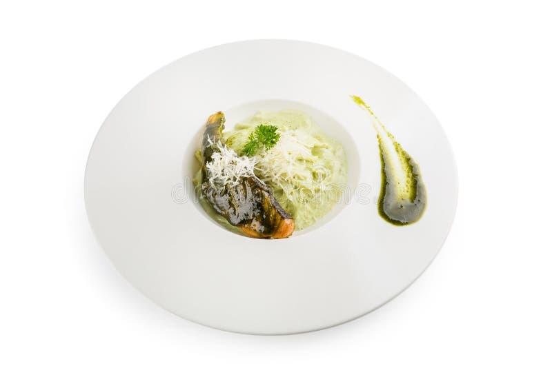 Deegwarenspaghetti met groene pesto en zalm - Italiaanse voedselstijl stock foto