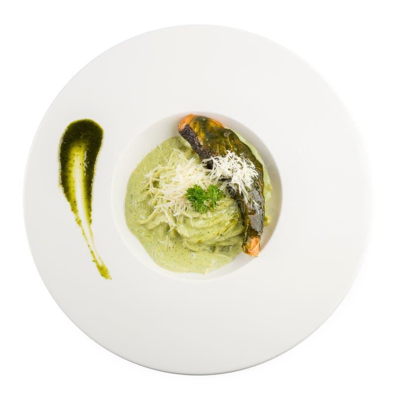 Deegwarenspaghetti met groene pesto en zalm - Italiaanse voedselstijl royalty-vrije stock foto