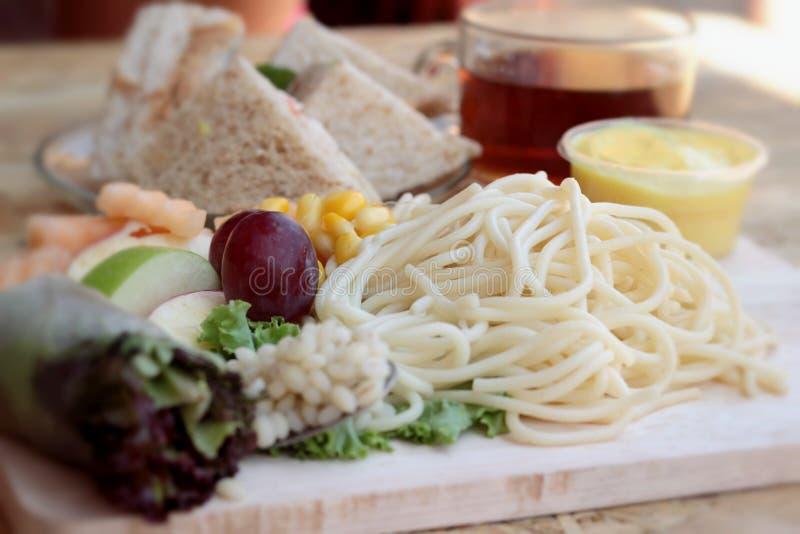 Deegwarenspaghetti met het fruit van de salademengeling en broodsandwich royalty-vrije stock foto's