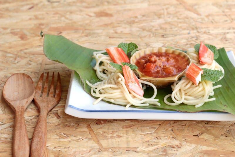 Deegwarenspaghetti met krabstokken en saus royalty-vrije stock afbeelding