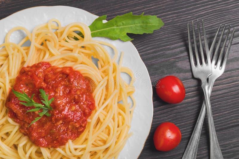 Deegwarenspaghetti met saus Bolognese stock foto's