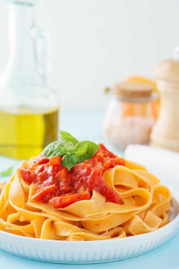 Deegwarentagliatelle of fettuccine met tomaat en rode groene paprika royalty-vrije stock fotografie