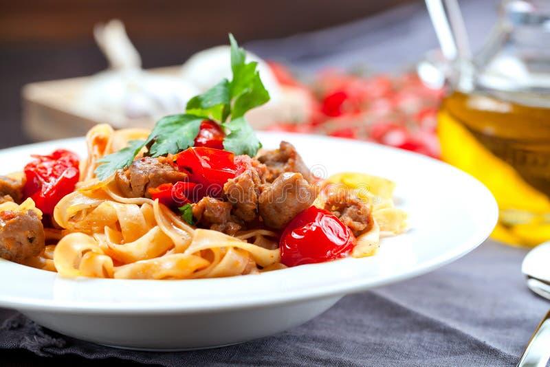 Deegwarentagliatelle met rundvlees bolognese saus en parmezaanse kaas royalty-vrije stock foto