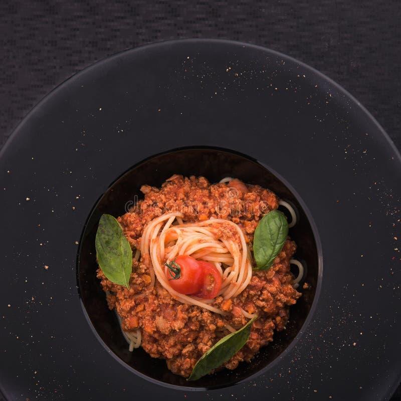Deegwarentagliatelle met vlees, tomaat en basilicum stock fotografie
