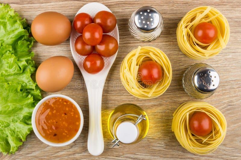 Deegwarentagliatelle, sla, tomaten, eieren, kom saus, lettu stock afbeelding