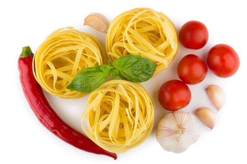 Deegwarentagliatelle, tomaten, knoflook, Spaanse peperpeper, hoogste mening stock afbeelding