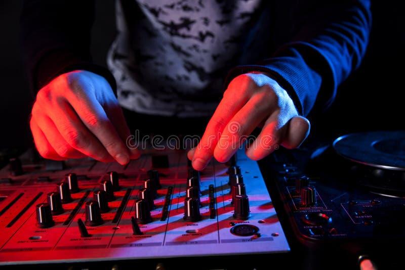 Deejay die muziek mengen royalty-vrije stock afbeeldingen