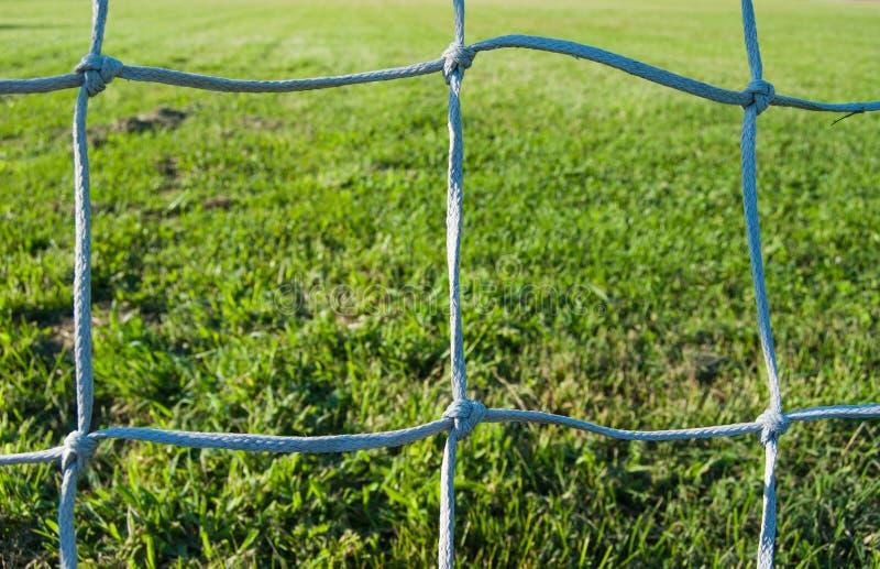 Deel van een netto voetbaldoel en gras royalty-vrije stock fotografie
