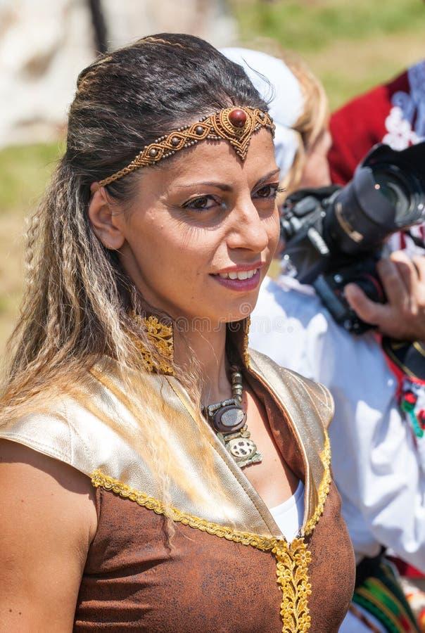 Deelnemer van Festival Rozhen in Bulgarije in volkskostuum stock foto