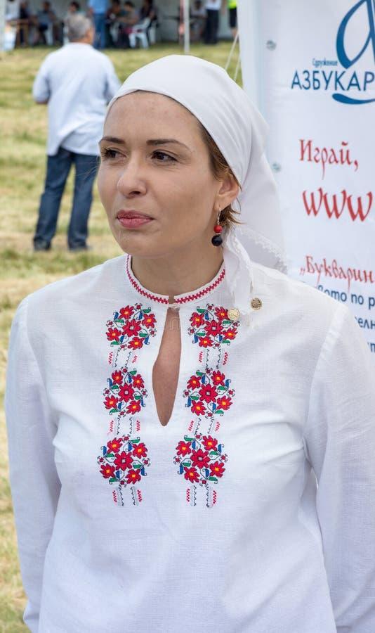 Deelnemer van Festival Rozhen in geborduurde nationale kostuums royalty-vrije stock afbeeldingen