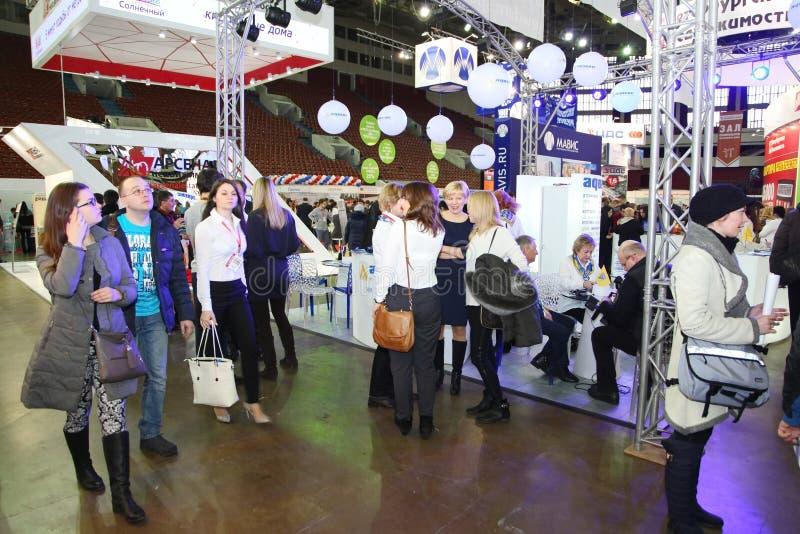 Deelnemers en bezoekers van een open tentoonstelling-echte Woonwijk van het landgoedseminarie stock afbeelding