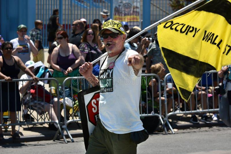 Deelnemers maart in de 34ste Jaarlijkse Meerminparade in Coney Island stock foto's